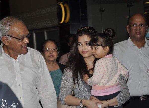 AISHWARYA RAI, AARADHYA ET TOUT LE RESTE DE LA FAMILLE RAI A L' AÉROPORT DE MUMBAI