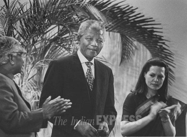 SONIA  GANDHI  ET  MR  MANDELA  TRÈS  BEL  HOMMAGE  POUR  CE  GRAND  HOMME