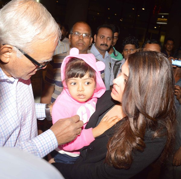 AISHARYA RAI ET AARADHYA REVENANT DE CANNES A L' AÉROPORT DE MUMBAI