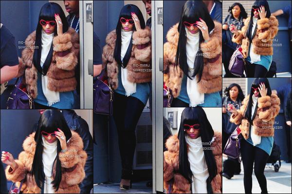 ------- 09/12/11:  Jolie Nicki Minaj photographiée dans la journée, quittant son hôtel avec Safaree Samuels -   New York. Gros top j'adore trop cette tenue. Surtout son sac Louis Vuiton. Elle est tellement parfaite avec cette perruque. Top/Flop pour la tenue? -------