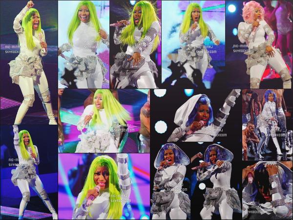 ------- 26/03/12:     Mlle Nicki Minaj photographiée en show lors des mi-temps au NBA « All-Star Game »   Amway Arena. Gros top pour la tenue, j'aime beaucoup la couleur et les motifs sur cette combinaison. Top pour les perruques. Top/Flop pour la tenue? -------