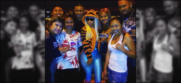 '''''''''''''''''''''' ------------------------ DES PHOTOS  DE NICKI SUR LES RÉSEAUX SOCIAUX - MARS 2012. Une photo de Nicki vue dans la soirée, arrivant à Hawai. Elle été entouré de plein de fans. Elle est vraiment adorable,gros top pour la veste.  ''''''''''''''''''''''