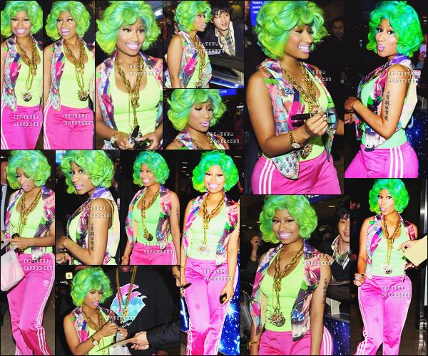 ------- 20/03/12:    Notre belle Nicki Minaj  photographiée  avec Safaree Samuels arrivant à l'aéroport « Ibaraki » - à Tokyo. Je reste perplexe sur cette tenue. Nicki porte un bas rose Adidas et une tenue coloré avec cette perruque verte. Top/Flop pour la tenue? -------