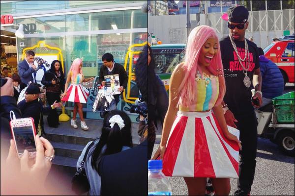 ------- 21/03/12:    La sublime Nicki Minaj photographiée avec Safaree Samuels dans la journée, dans les rues de Tokyo.  Mlle Nicki est belle dans la tenue et dans la robe trés original, elle est trop sublime j'adore trop cette perruque.  Top/Flop pour cette tenue? -------