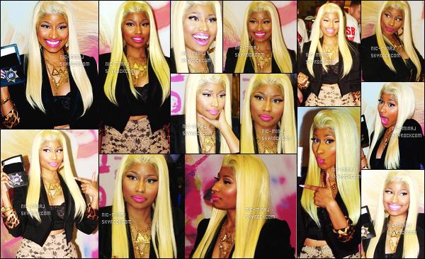 ------- 04/04/12:    Miss Nicki Minaj photographiée lors de la promo de l'album PF:RR au magasin « FYE » - à Philadelphie.  Gros top pour cette tenue vraiment trés belle, j'aime beaucoup la perruqeue blonde lisse et simple et les colliers.  Top/Flop pour la tenue? -------
