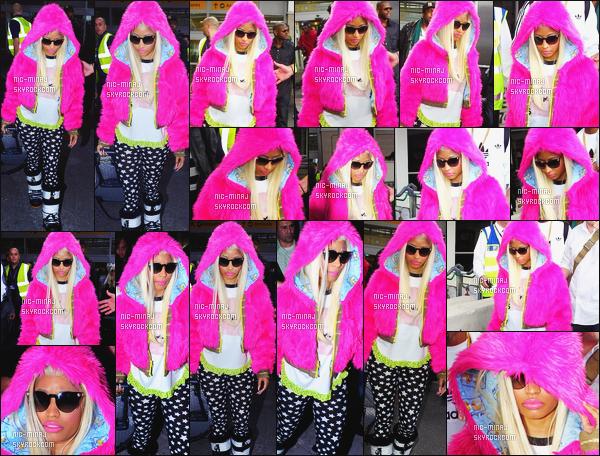 ------- 17/04/12 : Notre belle Nicki Minaj photographiée arrivant à l'aéroport de « Heathrow » dans la journée à Londres.     Aussi vue arrivant à son hôtel dans Londres. J'adore beaucoup cette grosse veste. Flop pour les bottes grise. Tu pense quoi de la tenue ? -------