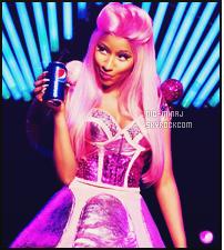 -------   ● ● Voici la superbe pub  « Pepsi » dont Nicki Minaj fait une apparition - Mai 2012.    La chanson de la pub est un remix de Moment 4 Life assez rythmer et original. J'aime trop cette publicité. J'adore beaucoup la tenue rose.   -------