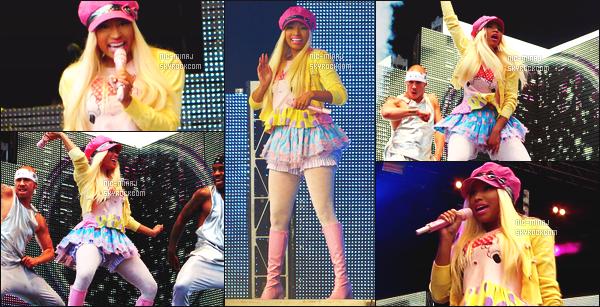 ------- 08/07/12 : La princesse Nicki Minaj photographiée  pour un show au festival de «   T In The Park » - à Ecosse. La belle Nicki toujours en petite jupette pour le show avec un petit képi et une veste jaune. Petit top pour cette tenue. Aimes-tu la tenue? -------