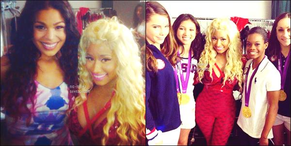 ------- 14/08/12: La princesse Nicki Minaj photographiée    à un concert gratuit en plein air « Today Show » - New York. Petit top cette combinaison toute rouge, surtout ses longues bottes horrible, top pour cette perruque bouclé blonde.  Aimes-tu la tenue? -------