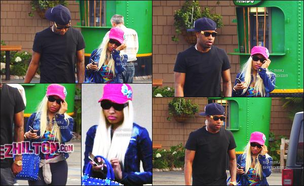 -------  22/01/13:  La miss Nicki Minaj photographiée arrivant à un centre de beauté avec son ami Safaree -   Los Angeles. Nicki porte une veste en jeans, avec des lunettes noire, et une casquette rose avec un motif de papillon. Au top. Top/Flop pour la tenue?  -------