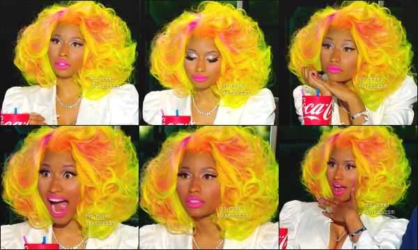 ------- Janvier 2013 : La juge Nicki Minaj  photographiée lors d'une audition pour «  American Idol » -  à Los Angeles.  Résumé des d'auditions -  Nicki Minaj  porte un bas bleue, une veste blanche, un bustier coloré. Gros top, j'adore. ●● Aimes-tu la tenue?!. -------