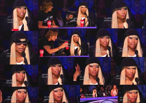 ------- 13/03/13:  Belle Minaj dans son role de juge photographiée lors d'un prime pour « American Idol »  - à New York. Princesse Nicki Minaj porte une tenue toute sombre en velours, et une paire de lunette chat Anna-Karin Karlsson.  Top/Flop pour la tenue?  -------