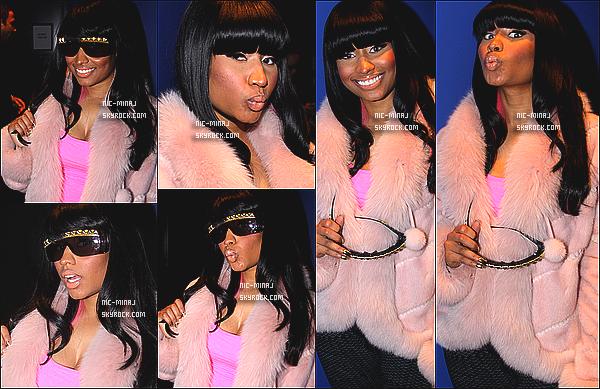 -------  14/12/09 : La rappeuse Nicki Minaj photographiée, dans les backstage du grand théâtre « Nokia » - à New York. J'aime bien les photos, Nicki Minaj est toute mignonne et jolie dans ce manteau en fourrure, j'adore beaucoup. Tu pense quoi de la tenue?  -------