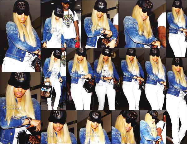 ------- 21/06/13:   Miss Nicki Minaj photographiée avec Safaree Samuels arrivant à l'aéroport de « LAX  » - à Los Angeles. Mlle Nicki Minaj porte un tee-shirt blanc TheMinajCollection et une casquette Chanel. Je lui accorde une gros top.   Aimes-tu cette tenue ? -------