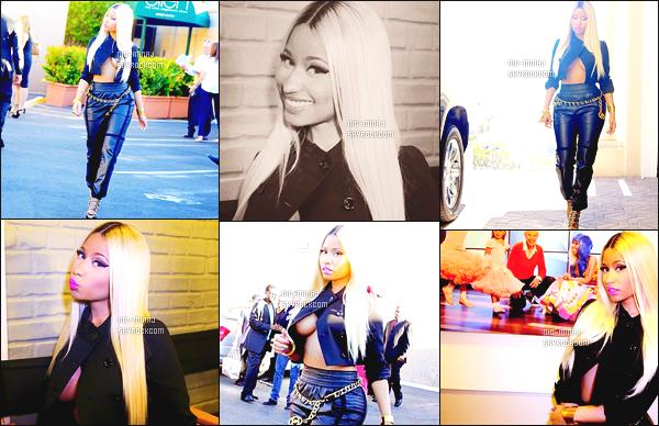 ------- 24/09/13:  :   Miss  Nicki Minaj photographiée sur le célèbre plateau tele pour l'émission «   Ellen Show  » à New York. Mlle Nicki porte une tenue toute en noire, dans un bas moulant, et un haut où limite on peut y apercevoir sa poitrine.   Aimes-tu la tenue? -------