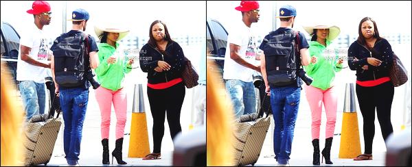 ------- 11/03/14:  Mlle  Nicki Minaj photographiée avec des amis dans les rues de Mexique où elle y passe du bon temps. Nicki est relax sur avec son chapeau. Les deux couleurs je trouve que sa va pas ensemble, petit top pour ses bottes. Aimes-tu  la tenue ?    -------