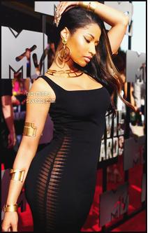 ------- 13/04/14:    Notre jolie Nicki Minaj assistant à la cérémonie « MTV Movie Awards » dans la soirée - à Los Angeles. Nicki Minaj est vraiment superbe dans se nouveau look. Ca lui va tellement bien. Gros top pour sa robe et sa coiffure. Aimes-tu la tenue ?    -------