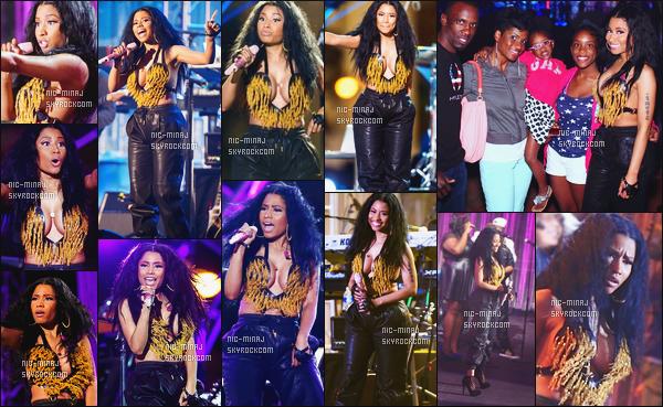 -------  04/07/14 : Notre princesse Nicki Minaj photographiée lors d'un petit show gratuit à Philadelphie dans la soirée. J'aime tellement la tenue de Nicki surtout les talons, et le collier coeur, pour les cheveux elle pourrait faire mieux. Aimes tu cette tenue ?  -------