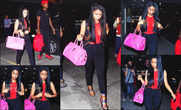 ------- 03/09/14:  La jolie Nicki Minaj photographiée avec Safaree Samuels arrivant à l'aéroport de « LAX » -  Los Angeles. Nicki est peu souriante, fatigué - Petit top pour sa tenue, j'aime son haut osé, sexy et j'adore trop son sac à main rose. Aimes-tu la tenue?  -------
