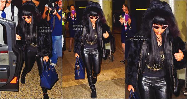 -------  10/11/14:  La  princesse Nicki Minaj photographiée avec Axel Luca arrivant à l'aéroport de « LAX » -   Los Angeles. Tenue toute assez simple pour la sublime Nicki Minaj j'aime beaucoup. J'adore beaucoup son manteau au top, j'adore la tenue tellement. -------