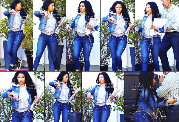 ------- 28/04/15:   Jolie Nicki Minaj photographiée quittant un bureau suite à une réunion dans la journée -  Los Angeles Gros top pour cette tenue pour un candid, j'adore beaucoup son style en jean's. J'aime trop aussi ses baskets, elle est belle miss Nicki.  -------