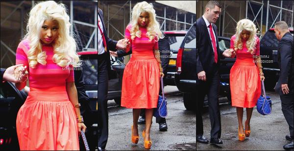 ------- 15/02/12:    La miss Nicki Minaj photographiée avec Ricky Martin sur le plateau TV « Live! With Kelly » - New York. J'aime bien cette tenue simple la robe est tellement belle, j'adore trop la couleur, et gros top au talon orange. Top/Flop pour cette tenue? -------