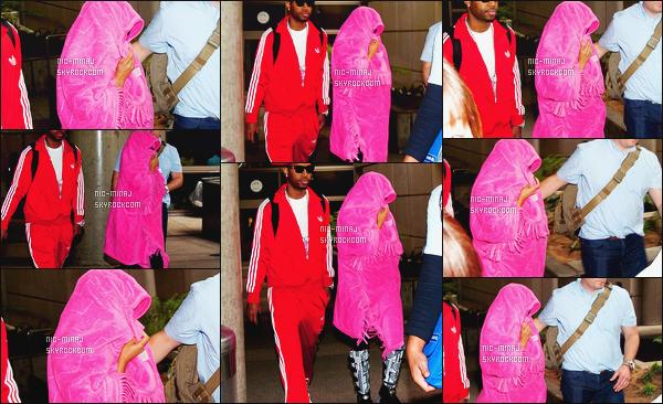 ------- 22/04/12: Notre belle Nicki Minaj photographiée arrivant à l'aéroport de « LAX » dans la soirée - à Los Angeles.  Même tenue que lors de son arrivé à l'aéroport à Londres mais elle se cache avec une grande couverture rose. Top/Flop pour cette tenue? -------
