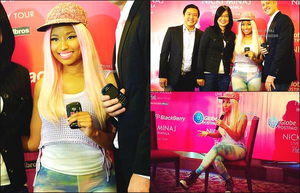 ------- 11/07/12 : Nicki Minaj photographiée au lancement du telephone «   BlackBerry », dans la journée. - à  Manille. Tenue toute simple pour Nicki, j'adore beaucoup cette perruque rose toute lisse. Petit top pour sa casquette simple et se pantalon bleu. -------