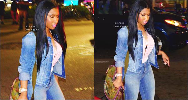 ------- 26/05/15:  Mlle Nicki photographiée quittant dans la une soirée la boite de nuit « Dream Night Club » - à Miami. J'aime beaucoup cette tenue à mlle Nicki toute simple en jeans, gros top aussi j'adore beaucoup ses cheveux lisse et simple. Elle est top.  -------