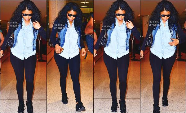 ------- 24/06/15:   La princesse Nicki Minaj photographiée arrivant à l'aéroport de « LAX » dans la soirée - à Los Angeles. J'aime beaucoup cette tenue, toute simple, j'adore beaucoup son bas. Pas contre pas trés souriante Nicki Minaj. ●● Aimes-tu cette tenue ?   -------