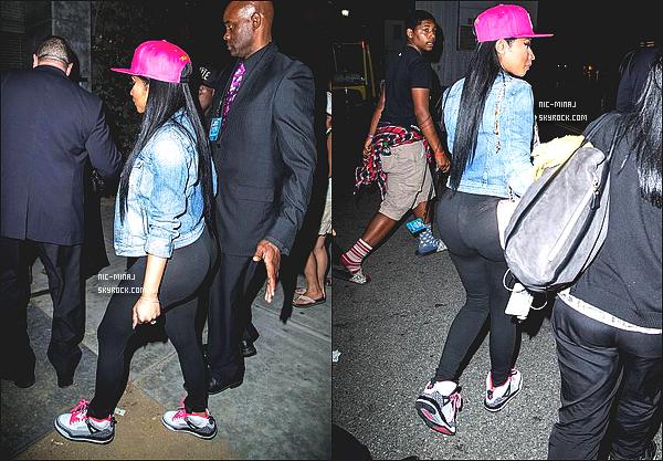 ------- 28/06/14 : Princesse Nicki Minaj photographiée  dans la soirée quittant les «   Bet Awards » - à Los Angeles. Tenue toute simple pour la miss Nicki Minaj, j'adore sa casquette rose, ses cheveux lisse et la veste en jean's. ●●  Aimes-tu la tenue?!. -------