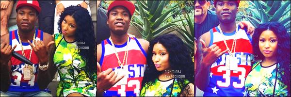 ------- 27/06/15:   La miss Nicki photographiée lors de la pool party des « Bet Awards » avec Meek Mill - à Los Angeles. Nicki est  mignonne dans cette robe verte, j'adore beaucoup ses cheveux bouclé.  Gros top pour les talons jaune. ●● Aimes-tu cette tenue ?   -------