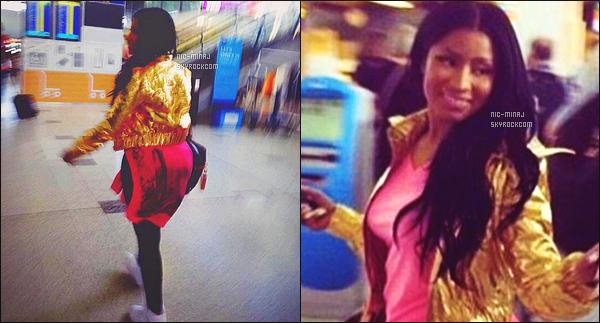 ------- 04/07/15:  Jolie Nicki Minaj photographiée arrivant à l'aéroport de Danemark en début de journée -  Danemark. J'aime beaucoup cette tenue toute simple. Je suis totalement fan de cette veste dorée. Cela va bien à Nicki Minaj. Aimes-tu cette tenue? -------