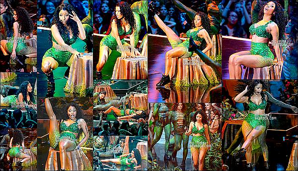 ------- 24/08/14 : Miss Nicki Minaj photographiée  durant sa performance lors au «   MTV Video Music Awards ». Nicki Minaj a chanté Anaconda. J'adore sa tenue de vert au couleur de la jungle, gros top pour les cheveux aussi. ●●  Aimes-tu la tenue?!. -------