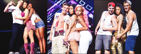 -------  Juillet 2015:  La sublime  Nicki Minaj photographiée aprés un concert avec plein de fans trés chanceux -  Toronto. Toujours adorable Nicki Minaj avec ses fans. Elle est tellement belle dans cette tenue rose paillette, une de mes favorites tenue. Top.  -------