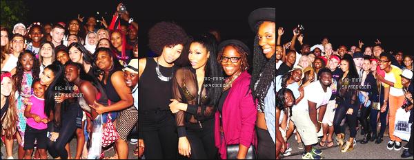 -------  Aout 2015:   Notre jolie  Nicki Minaj photographiée aprés un concert avec plein de fans trés chanceux - à  Détroit. Elle est tellement belle dans cette tenue simple. J'adore trop ses cheveux long et attaché. Je suis vraiment fan ●● Aimes-tu cette tenue?  -------
