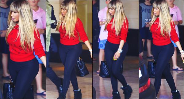 ------- 29/09/15: La princesse Nicki Minaj photographiée dans la journée, quittant l'hôtel de « London » à Beverly Hills. Nicki a reprit une bonne habitude, elle a remit une perruque blonde longue. Elle me fait pensé à Kylie comme ça. Gros top pour sa tenue.  -------