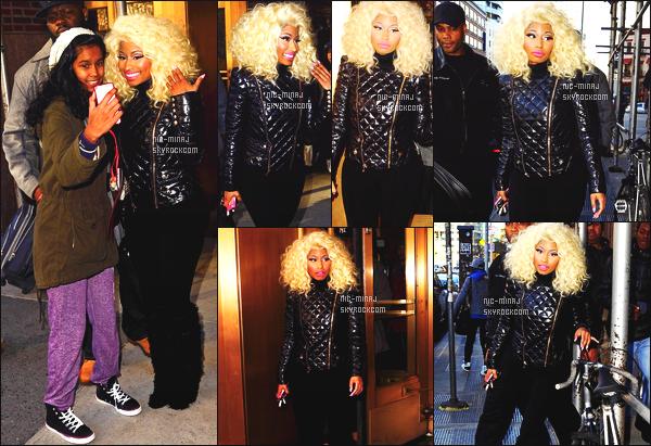 ------- 21/11/12:   La miss Nicki Minaj photographiée quittant seule la stadio radio de « Rádio Power 105 » - à New York. Gros top pour elle, Nicki Minaj porte un ensemble noir, sombre Balmain & des bottes Christian Louboutin. Top/Flop pour cette tenue ?  -------