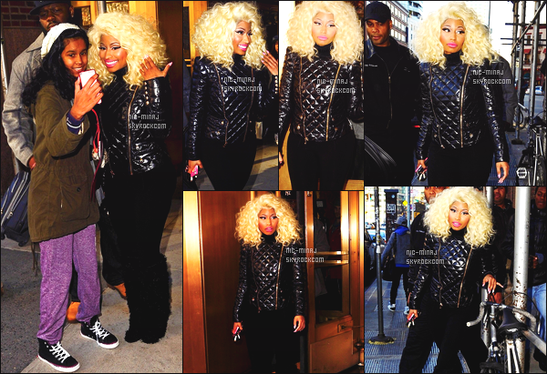 ------- 21/11/12 :  Miss Nicki Minaj  photographiée  quittant seule  la stadio radio de   «  Rádio Power 105 » -  à  New York.  Gros top pour elle, Nicki Minaj porte un ensemble noir, sombre Balmain & des bottes Christian Louboutin. ●● Aimes-tu la tenue?!. -------