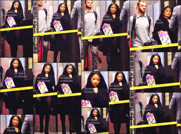 ------- 20/10/15: Jolie Nicki Minaj photographiée avec son photographe quittant son hôtel dans la soirée - à New York. J'aime beaucoup la coiffure lisse et long de Nicki Minaj, elle est tellement radieuse avec cette coiffure, je suis trop fan, top pour sa veste.  -------