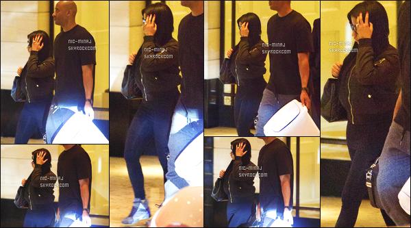 ------- 13/11/15: La princesse Nicki Minaj photographiée dans la soirée, quittant l'hôtel de « London » à Beverly Hills.  Nicki  est accompagné de son manager. On ne voit pas trop Nicki  vue qu'elle se cache avec des lunettes et sa main sur la tête. Petit top. -------