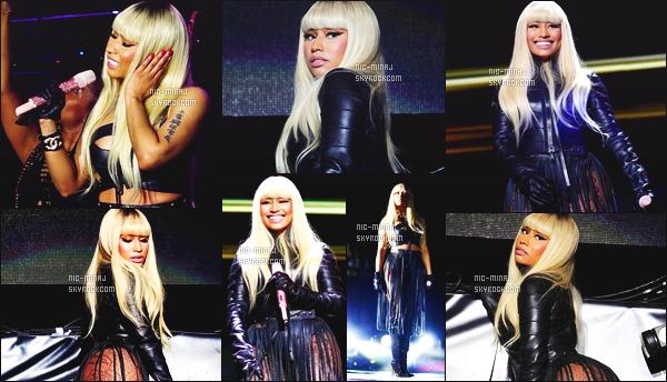 ------- 28/02/16:  Princesse Nicki Minaj photographiée  en plein show lors du festival« RealBdayBash » - à   Los Angeles. J'aime beaucoup cette longue perruque blonde, je suis moins fan de cette tenue surtout des franges, j'accroche pas.  Aimes-tu la tenue?   -------