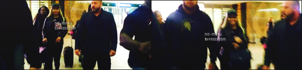 ------- 16/03/16: Notre rappeuse Nicki Minaj photographiée arrivant dans la journée à l'aéroport en Afrique Du Sud. Miss Nicki Minaj est  trés mignonne dans cette tenue et dans cette casquette. J'aime trop cette perruque blonde et cette veste en cuire.    -------