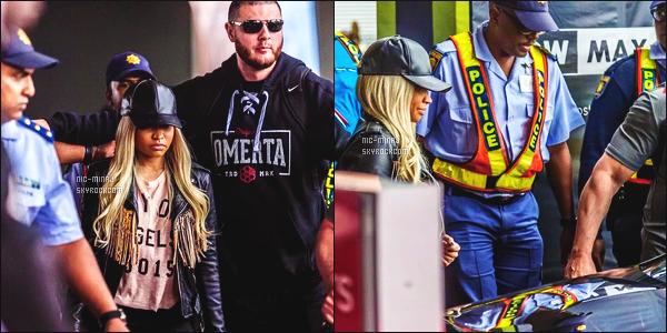 ------- 20/03/16: Notre rappeuse Nicki Minaj photographiée arrivant dans la journée à l'aéroport en Afrique Du Sud. J'aime la tenue de Nicki, elle est trop mignonne, j'aime sa veste qui va bien avec sa casquette - Désolé du peu des photos de se candid.   -------