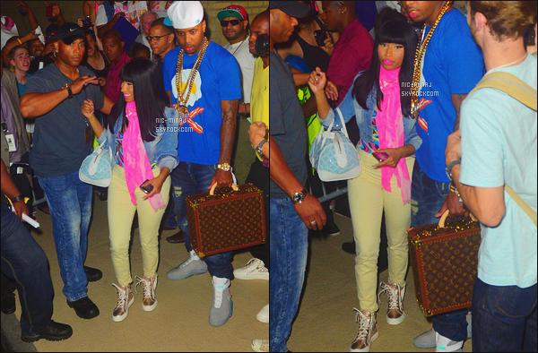 ------- 22/07/12:Belle Nicki Minaj photographiée accompagnée de  Safaree quittant le concert dans la soirée - Altanta.  J'aime trop la tenue, elle est tellement belle, j'adore  sa veste en jeans et son foulard simple rose. Gros top aussi pour la perruque brune. -------