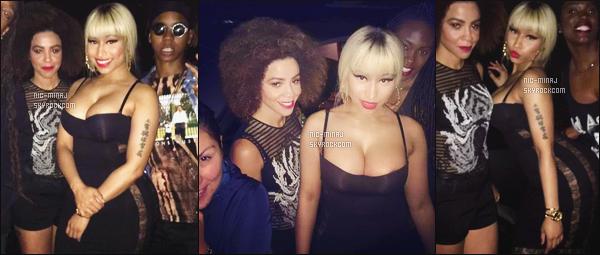 -------  24/06/16 : La sublime Nicki Minaj photographiée  en plein soirée dans la boite  de nuit  inconnue - à Los Angeles. Nicki toujours autant fidèle à sa perruque blonde et de son sac Chanel en compagnie de ses amies Thembi et Justine. Top pour la tenue. -------