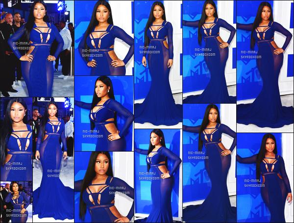 ------- 28/08/16:  Nicki Minaj   photographiée sur le tapis rouge lors de l'evenement   «  MTV VMAs 2016 » -  à  New York.  Gros top pour la tenue bleue, elle est tellement au top, je lui accorde un  gros top  vraiment, j'adore les cheveux. Elle est assez sublime. -------
