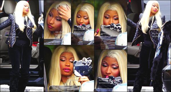 ------- 12/12/12 : La sublime Nicki Minaj   photographiée arrivant dans les studios de   « American Idol » -   Los Angeles.  Petit top pour cette tenue qui est trop sombre, j'adore   son miroir Hello Kitty et gros top aussi pour la longue perruque blonde que j'adore. -------