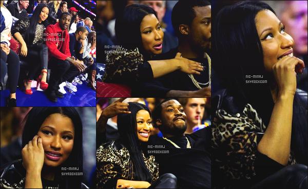 ------- 05/11/16: Mlle Nicki Minaj photographiée accompagnée de Meek Mill durant un match de basket  -    Philadelphie.  J'aime la tenue toute simple. Gros top aussi pour la perruque longue et lisse brune. Ca fait plaisir de la voir autant souriante sur les photos. -------