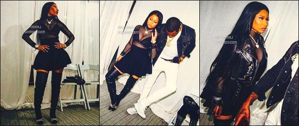 ------- 26/11/16: Mlle Nicki Minaj    photographiée dans des coulisses avec son petit ami Meek Mill- sur l'île de  Curaçao.   Gros top pour cette tenue.  J'adore tellement la tenue, la jupette va vraiment à Nicki, elle est trop  jolie. Gros top pour ses longs cheveux. -------